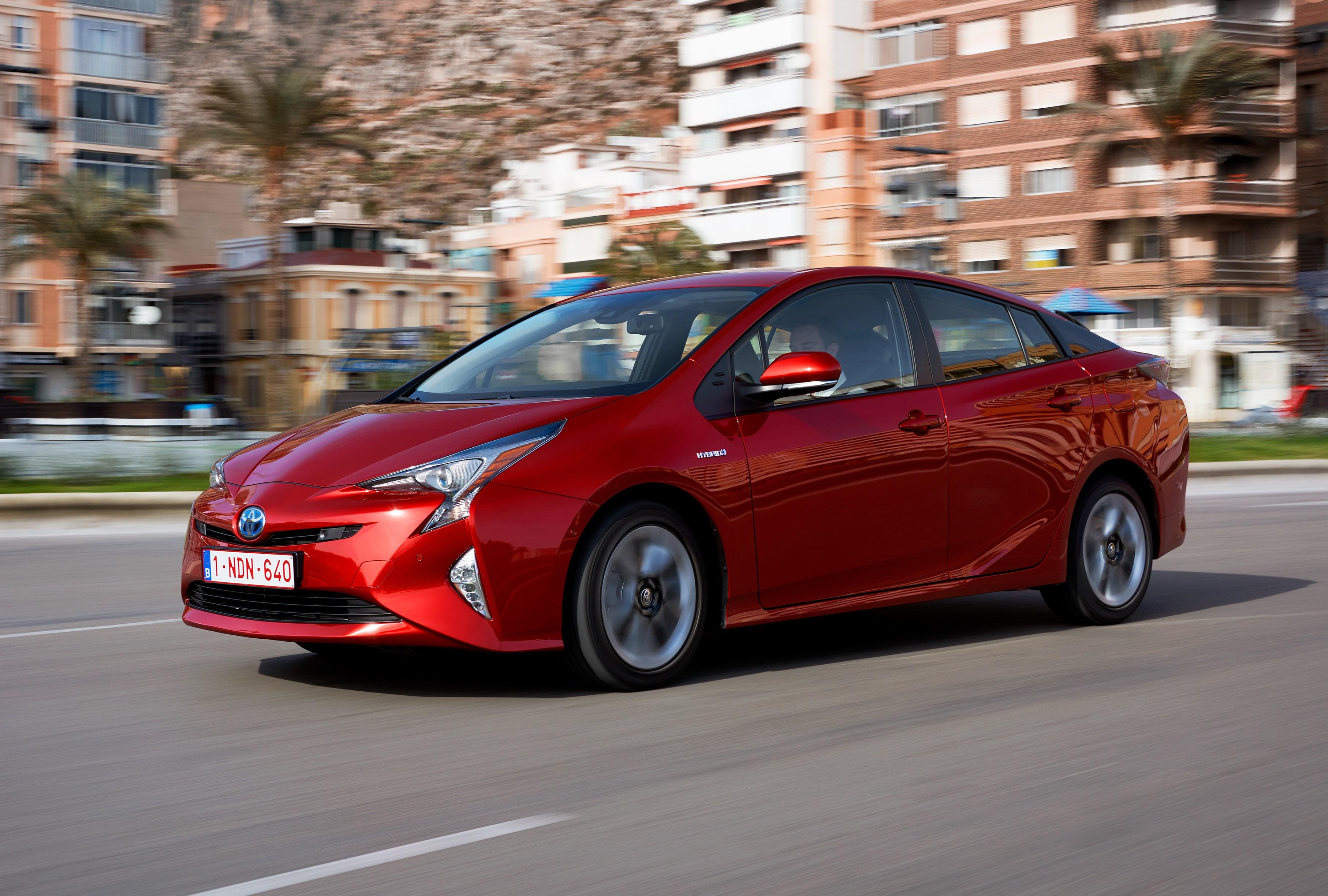Toyota Prius em movimento na posição 3x4 de frente