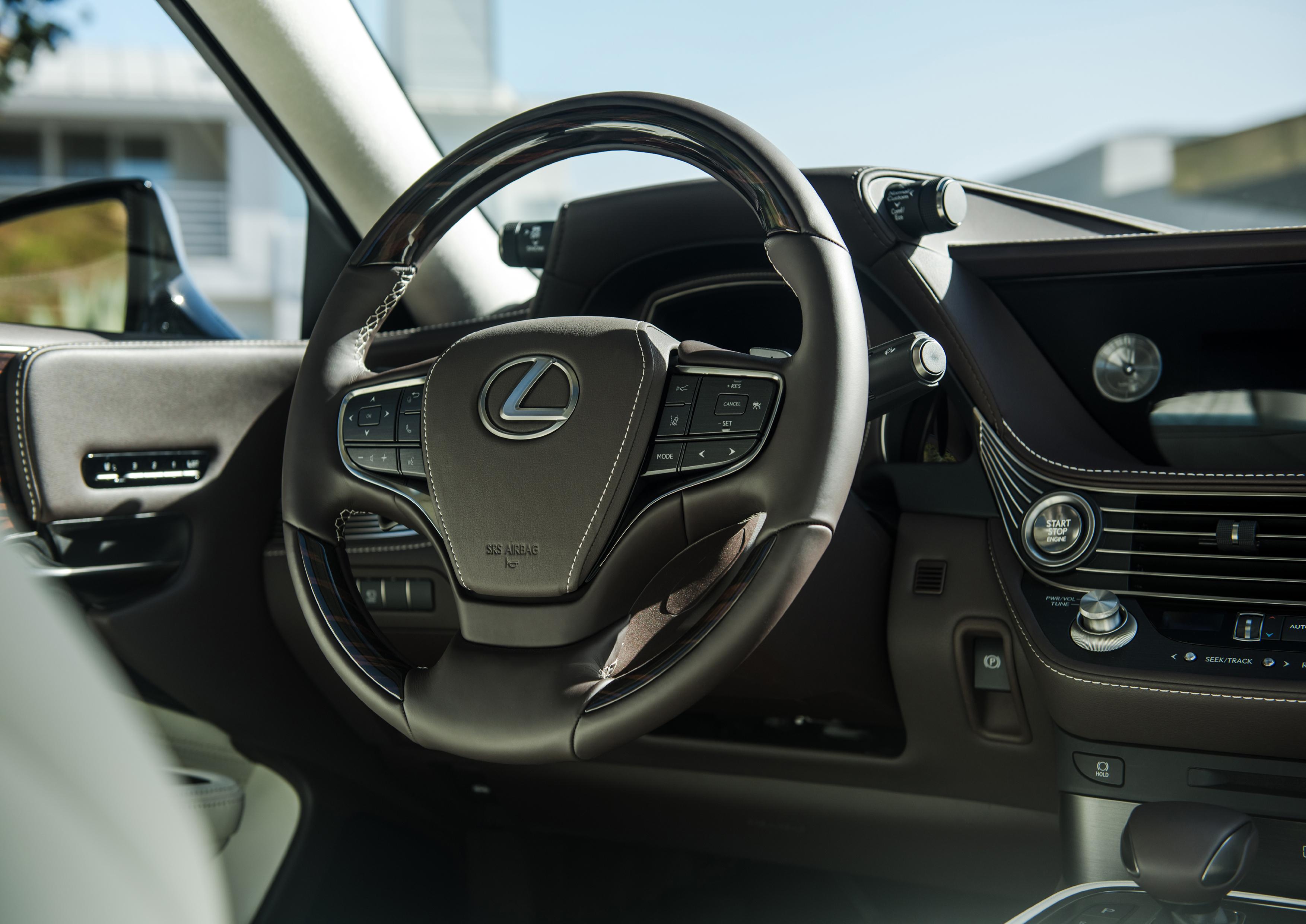 Controles dos modos de condução ficam em duas pequenas hastes na parte superior do painel