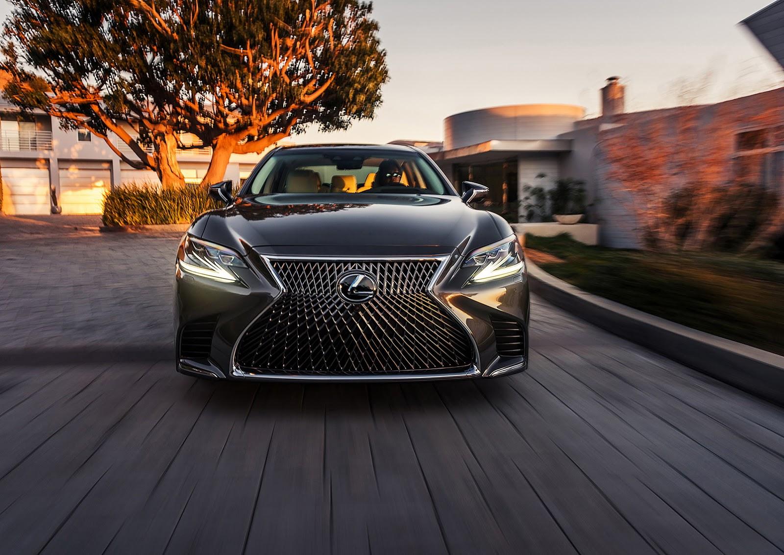A enorme grade frontal segue o padrão visual da Lexus