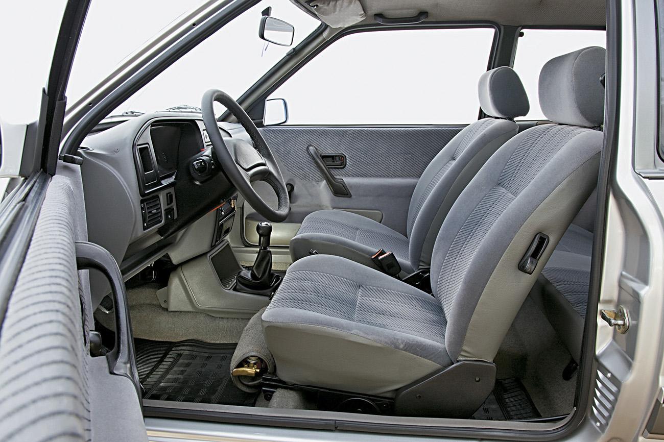 Interior era praticamente igual ao do Verona, mas a maioria dos itens opcionais do Ford eram de série no Apollo