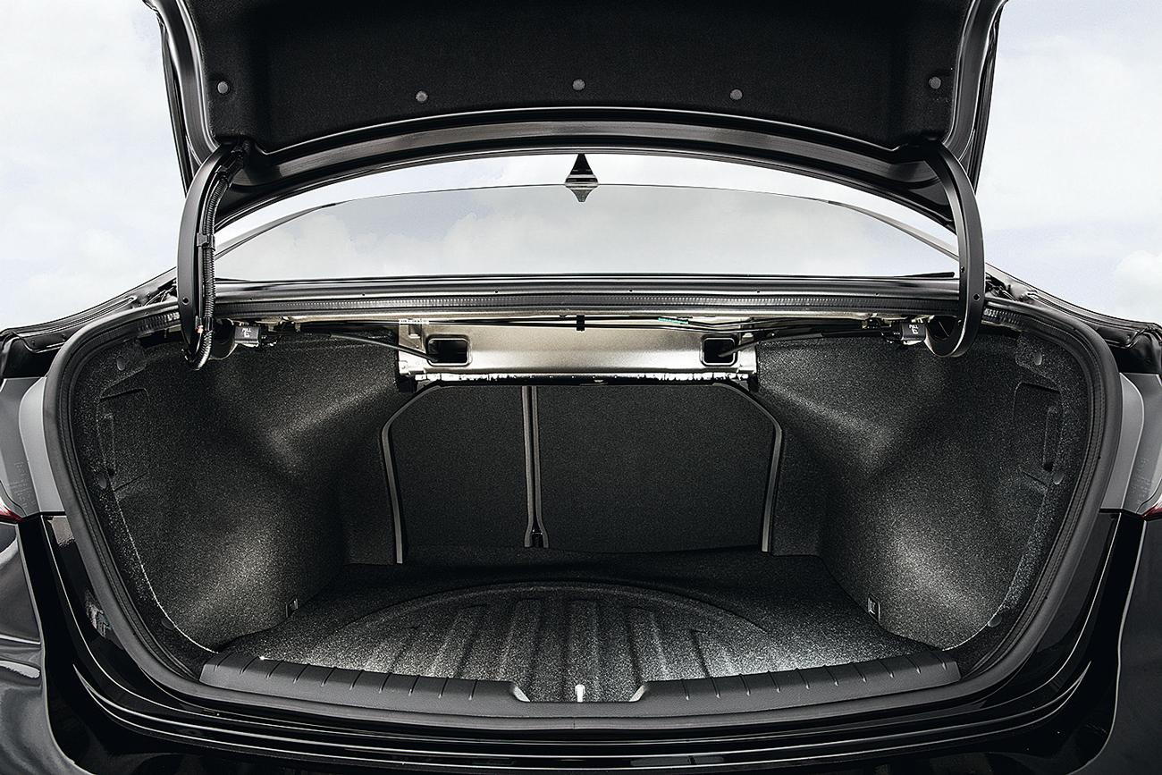 Porta-malas conta com 407 litros de capacidade