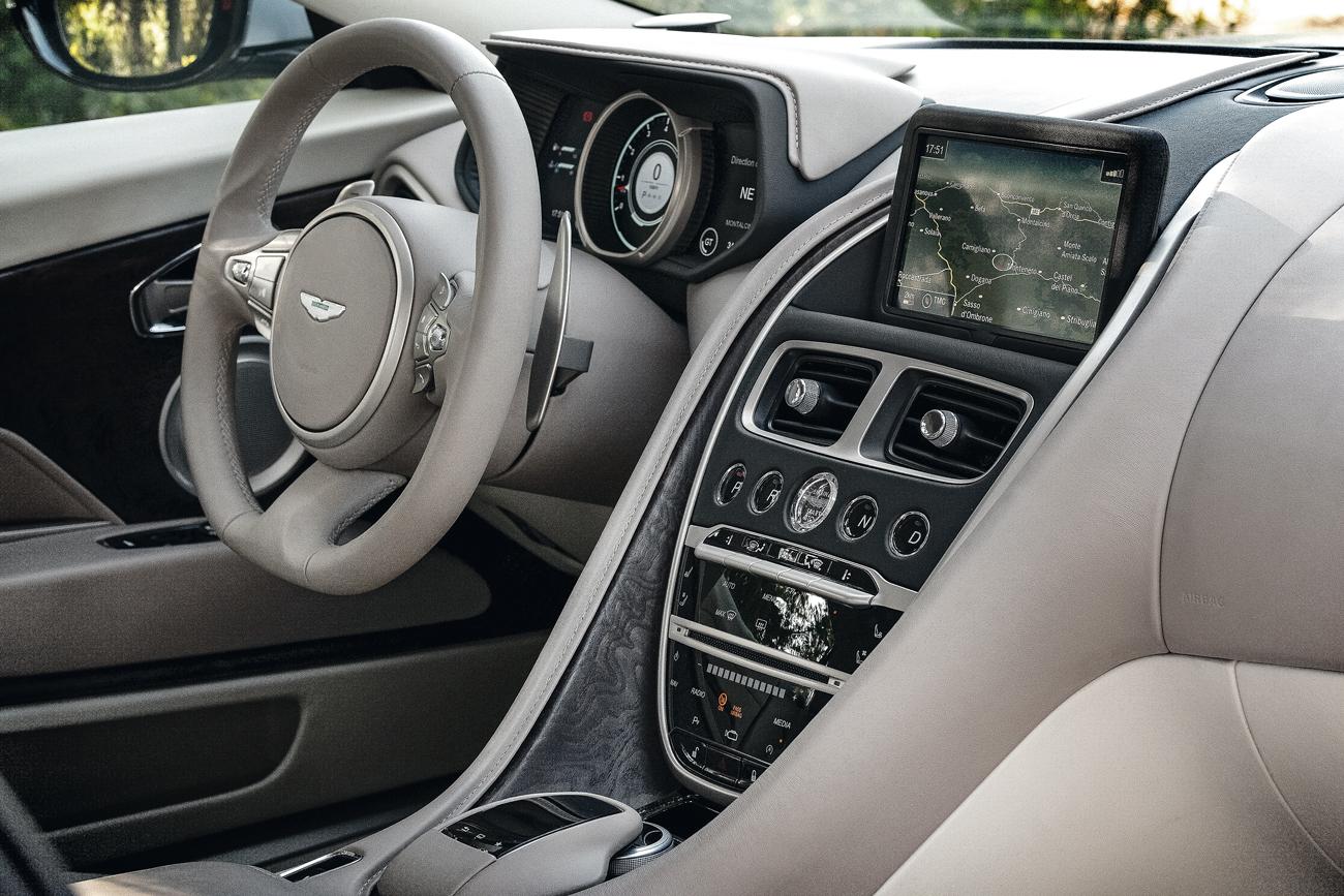Comandos do sistema de entretenimento vêm dos Mercedes - a marca alemã é acionista da Aston