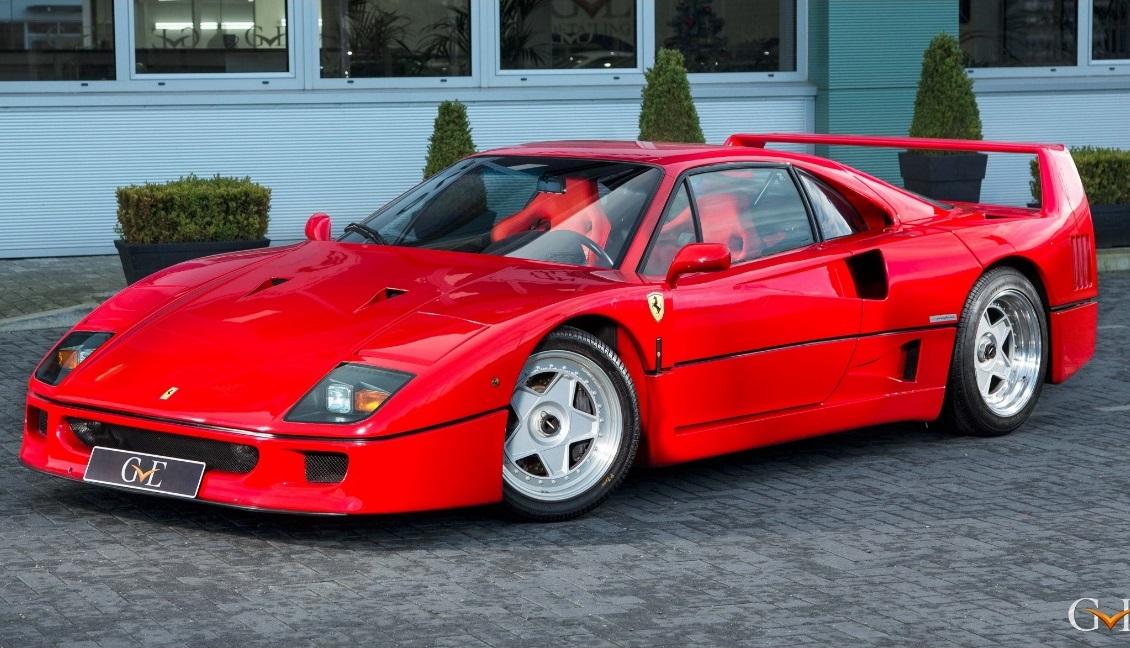 Ferrari F40 na posição 3x4 de frente