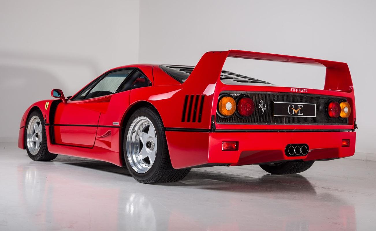 Ferrari F40 na posição 3x4 de traseira