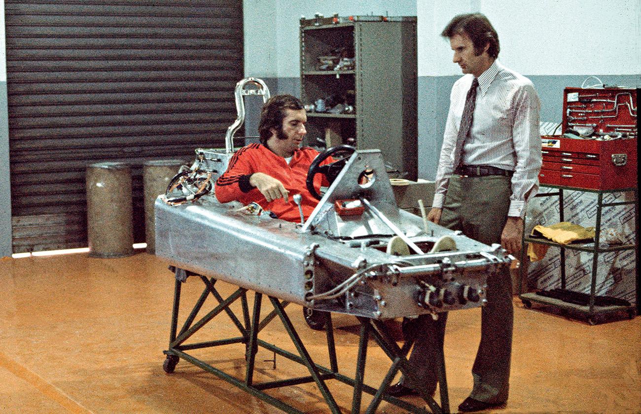 Emerson e Wilsinho trabalham na fabricação do primeiro chassi em 1974