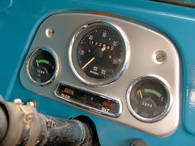 Instrumentos agrupados bem em frente ao motorista