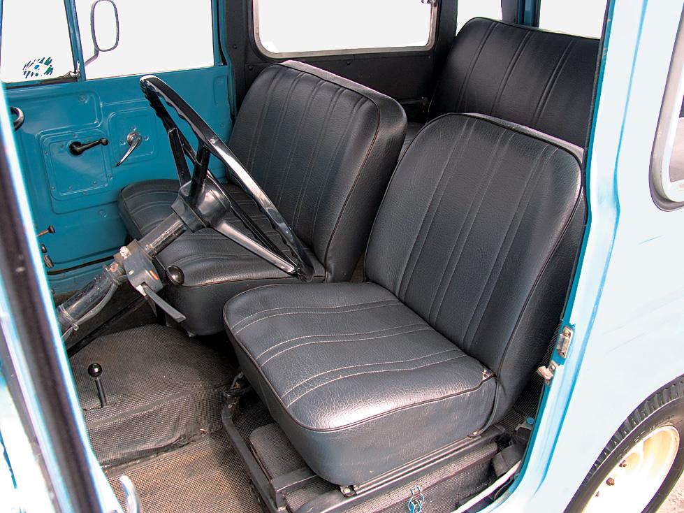 Com o banco do passageiro dianteiro mais largo, espaço para até seis pessoas