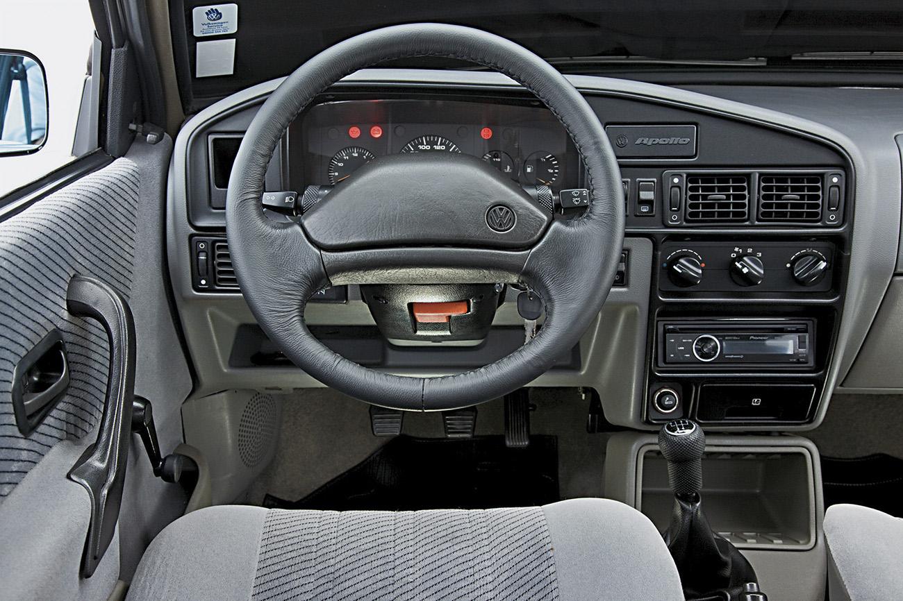 O modelo da Volks tinha painel próprio (o Vernoa usava o do Escort)