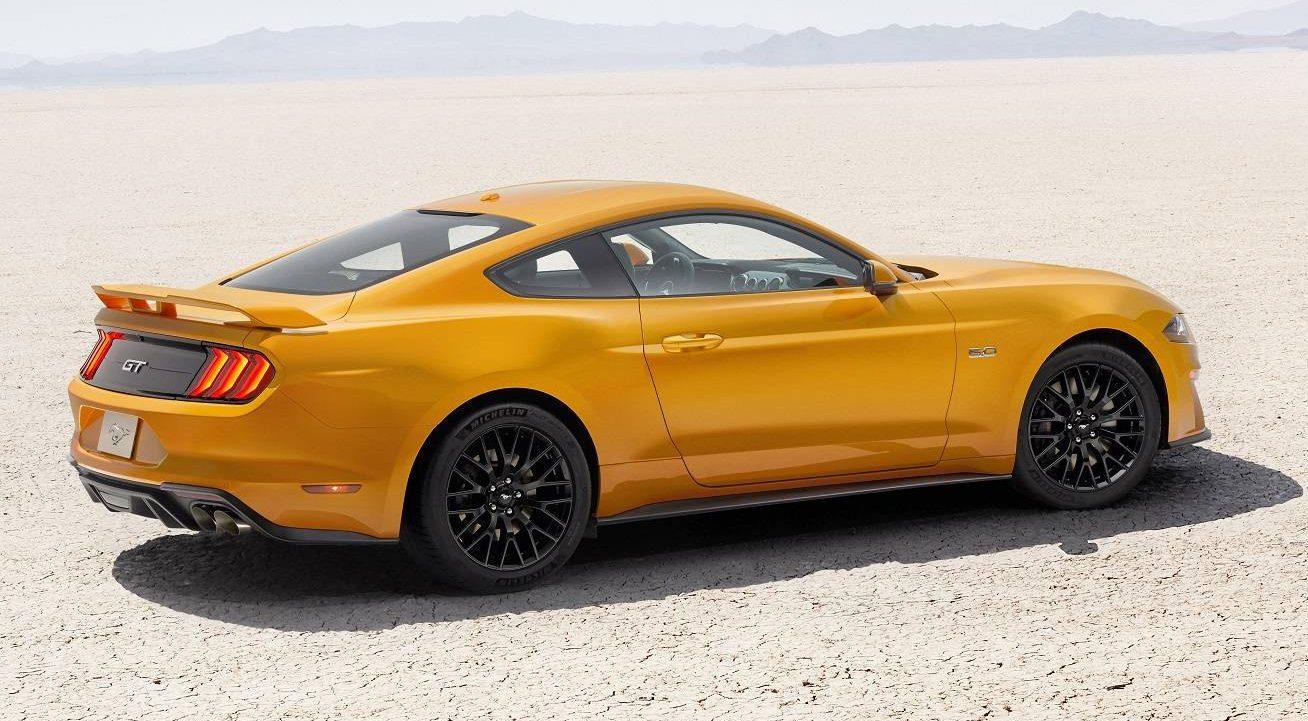 Novo Ford Mustang GT na posição 3x4 de traseira