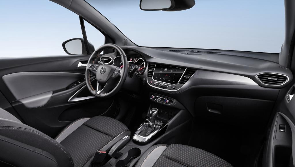 Painel e quadro de instrumentos são muito parecidos com os do Opel Astra