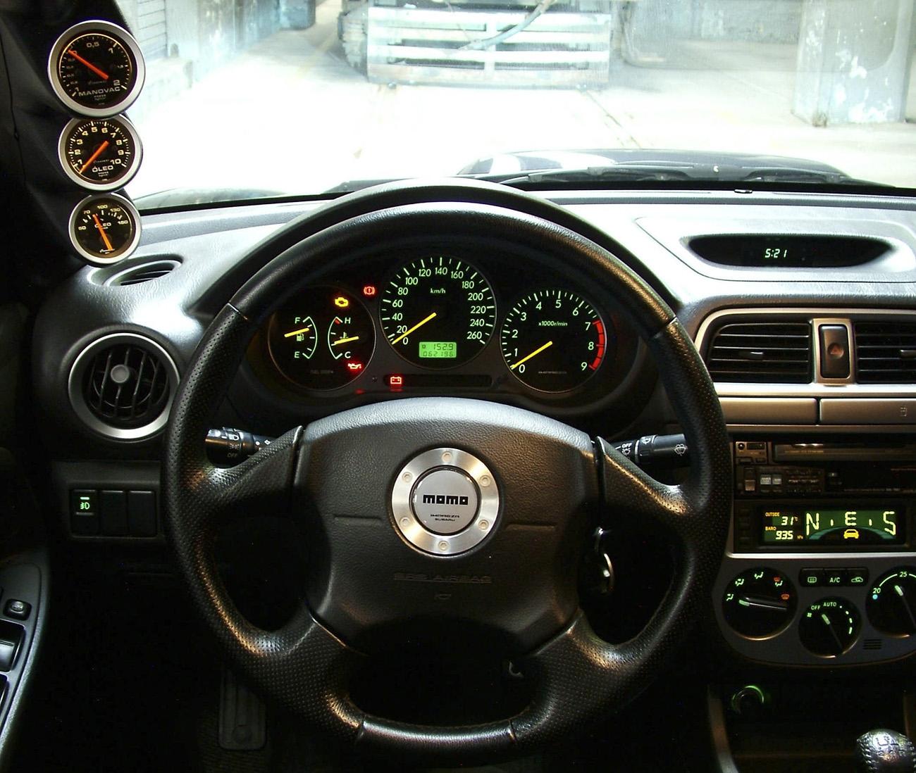Painel de um Subaru Impreza WRX com instrumentos adicionais na coluna