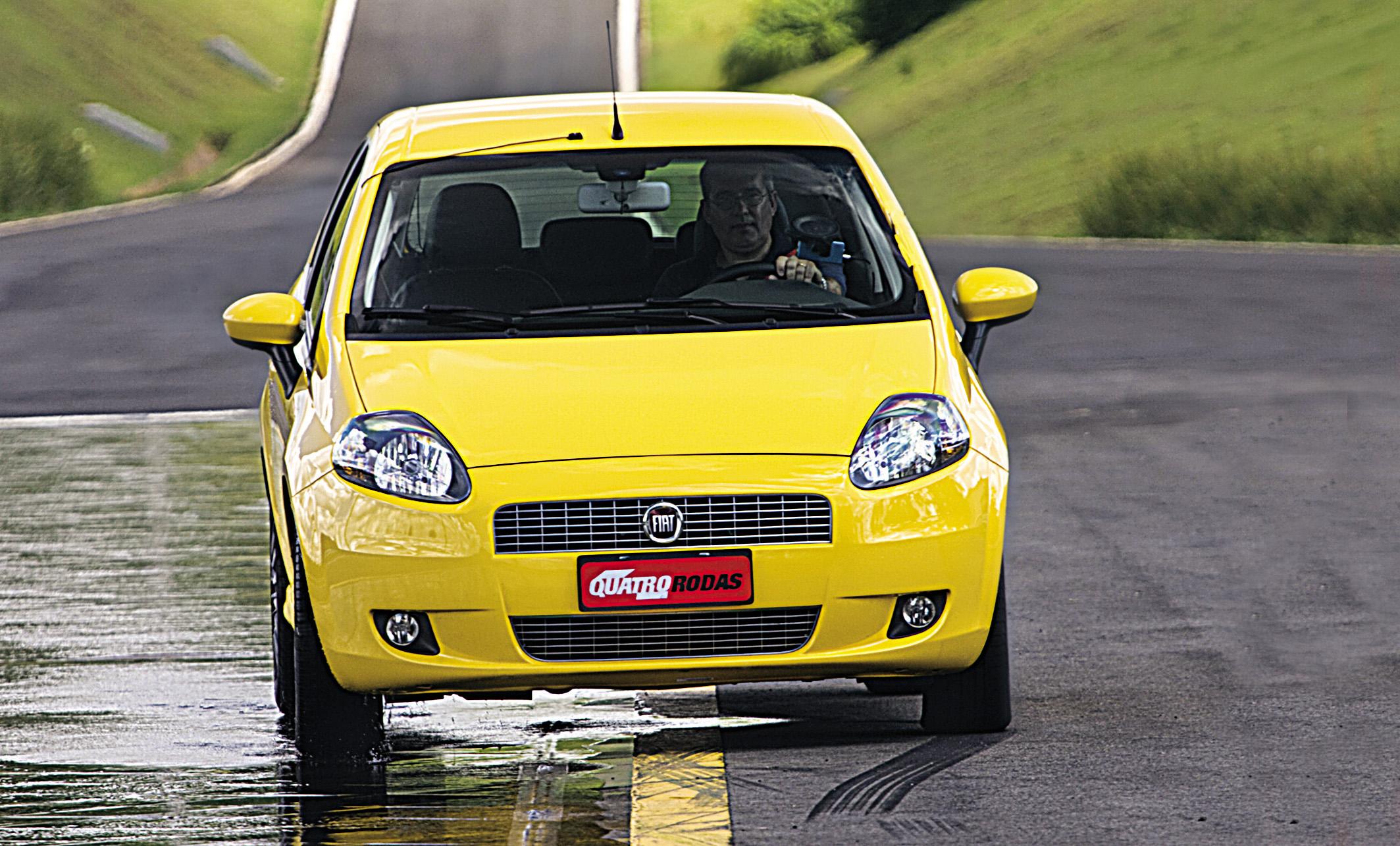 Punto Sporting, modelo 2008 da Fiat, durante teste de frenagem em piso molhado, feito pela revista Quatro Rodas.