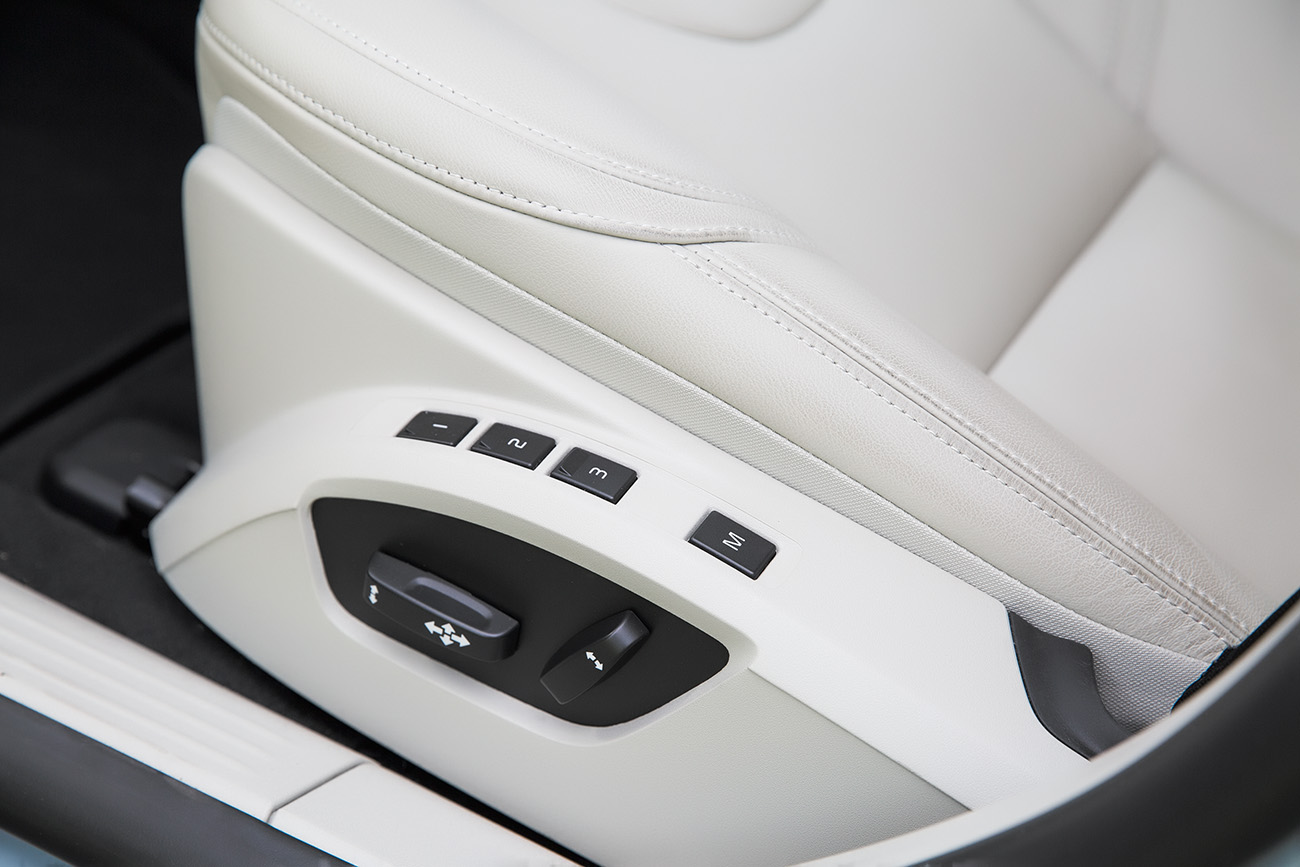 Banco do motorista tem ajustes elétricos e memória