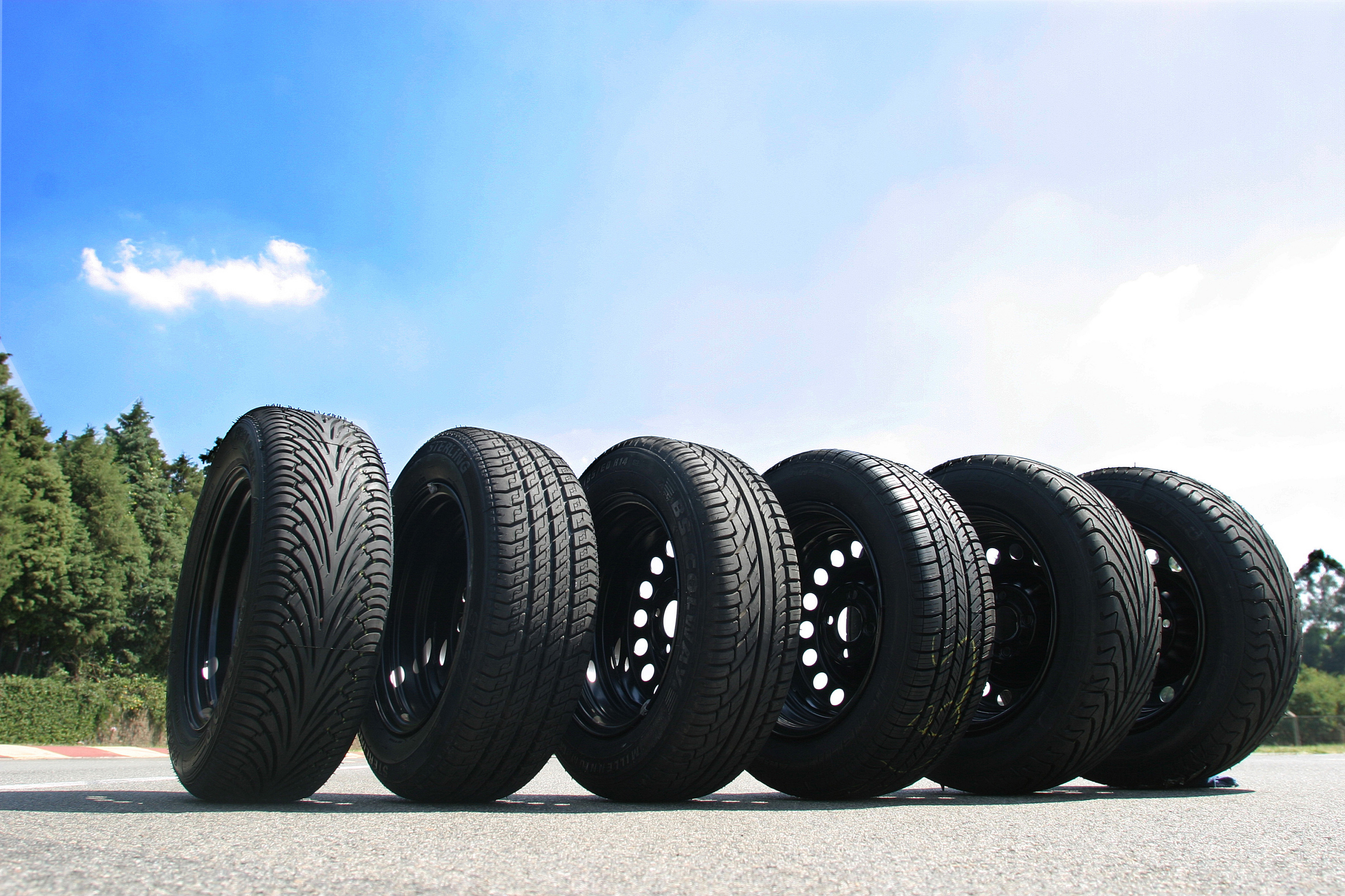 Tyrex Raptor Ecologic, Sterling ST-3A , BS Colway Millennium, Michelin novo e Pneuback M-5000 utilizados no teste comparativo de quatro marcas de pneus remold, pneu remanufaturado, e uma marca de pneu novo. O teste foi feito com um automovel Renault Clio 1.0 16V, no campo de provas da Pirelli pela revista Quatro Rodas, na cidade de Sumaré.