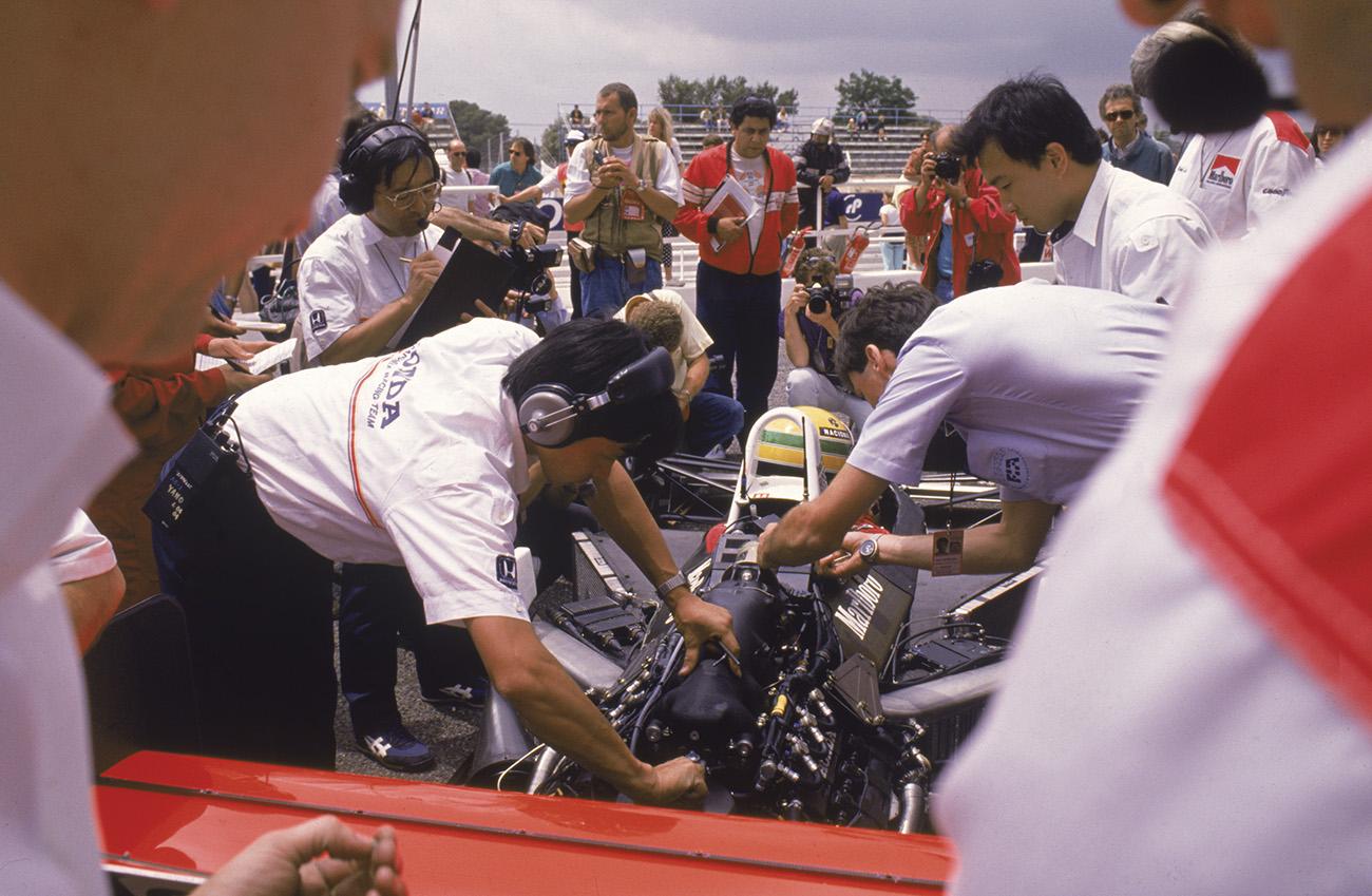 Ayrton Senna e mecânicos