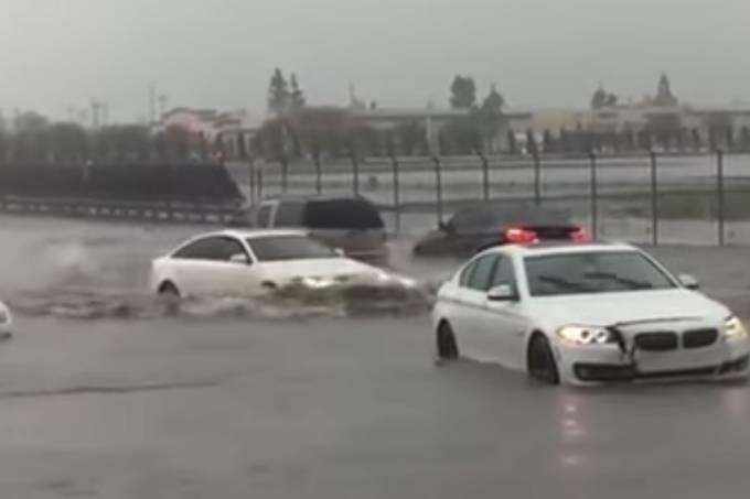 Audi A6 atravessa enchente