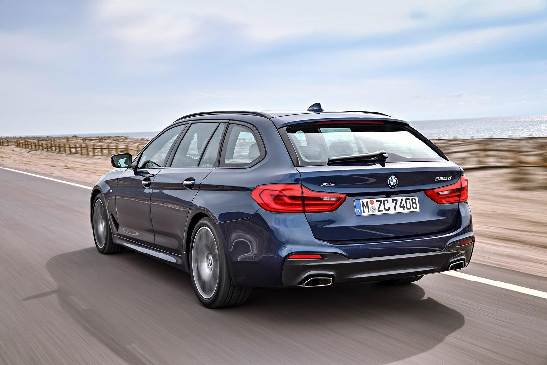 BMW Série 5 Touring na posição 3x4 de traseira