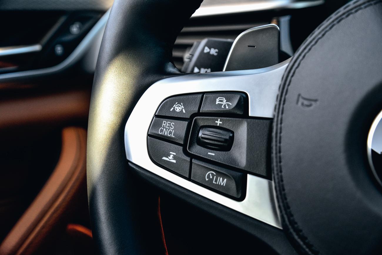 Os comandos no volante permitem acionar o piloto automático, limitador de velocidade, aviso de mudança de faixa e o sistema de frenagem automático