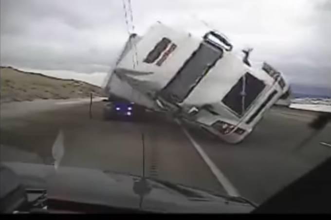 Caminhão tomba com vento