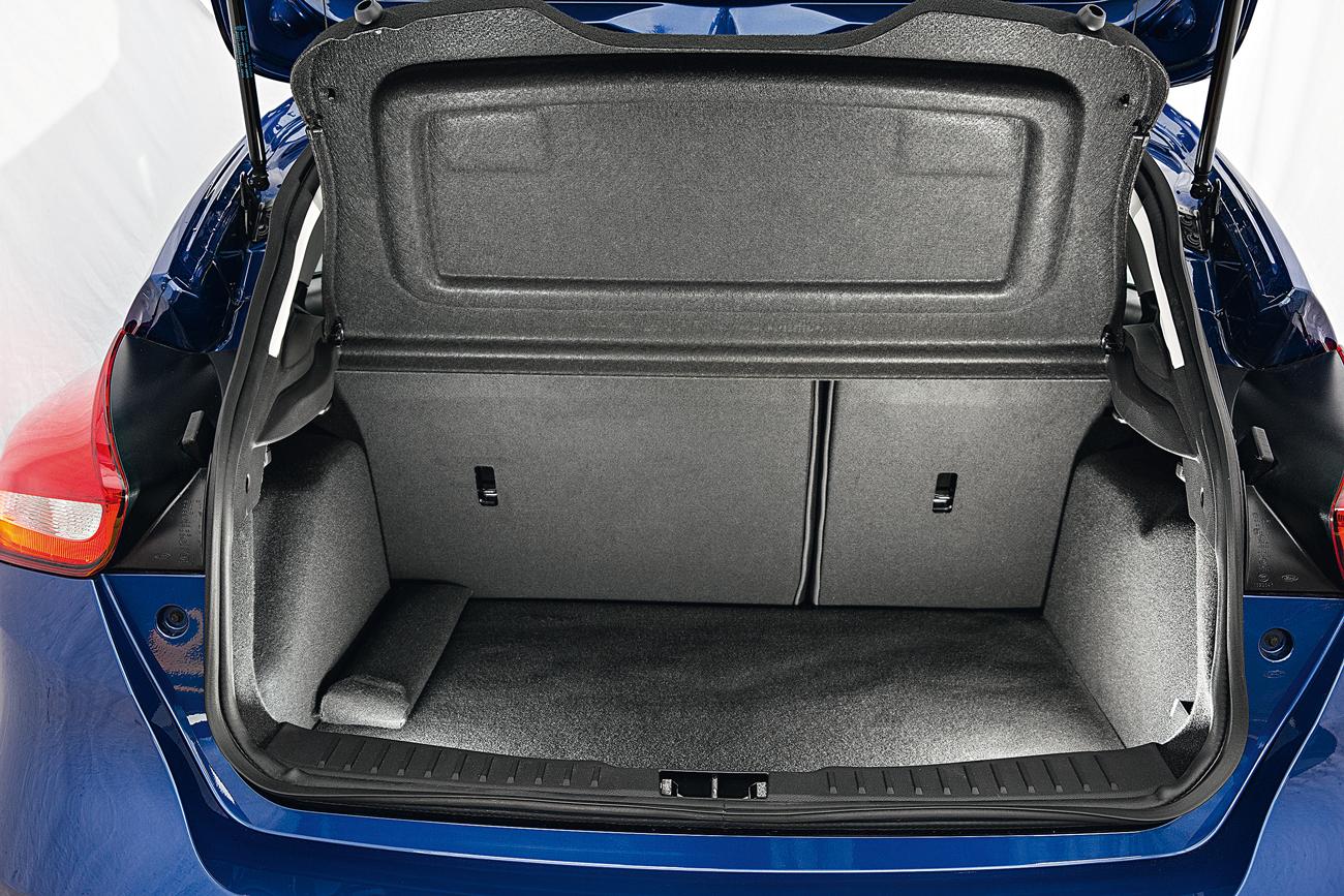 O porta-malas é o maior, por pequena margem: 316 litros