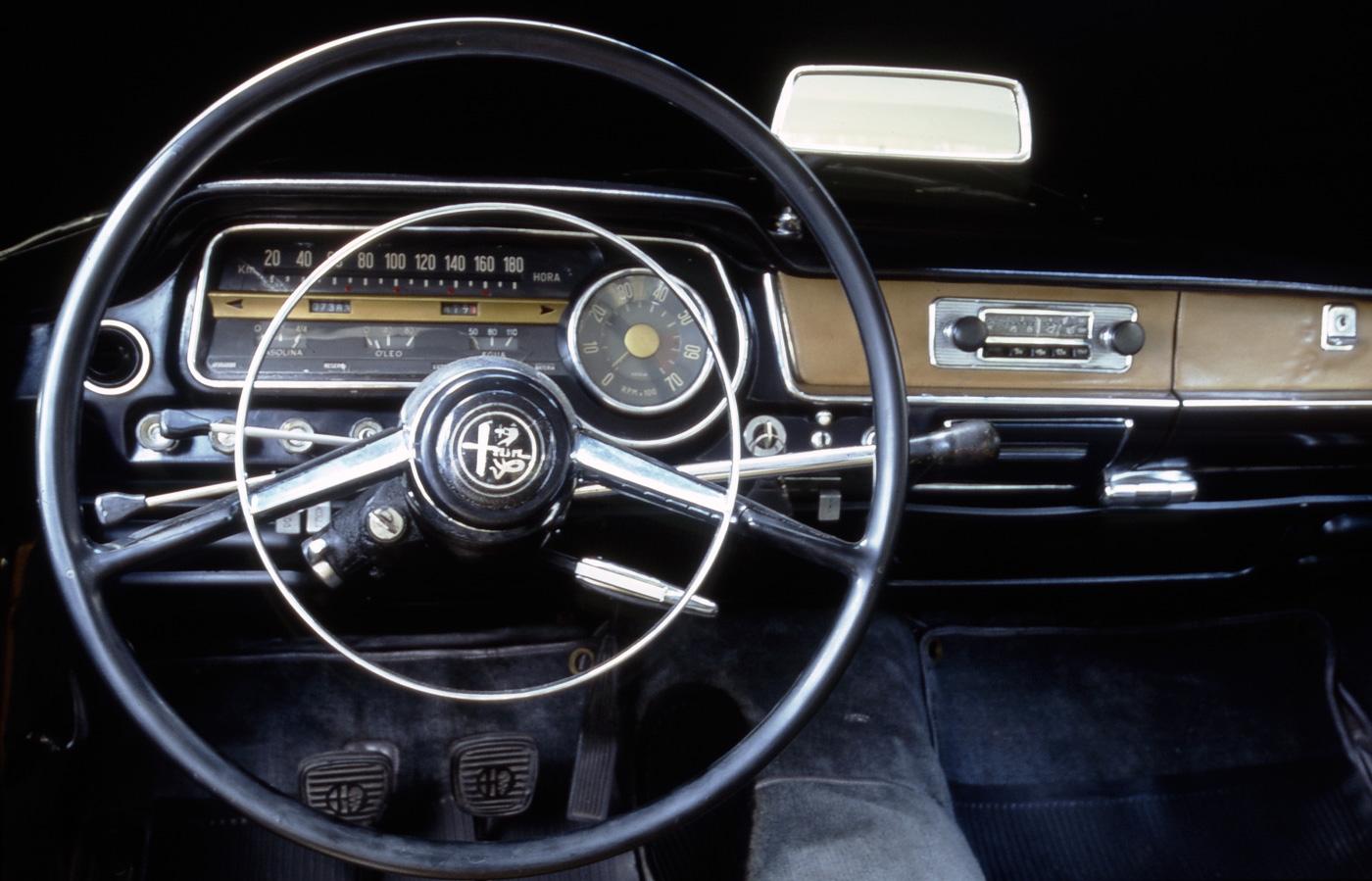 Interior do automóvel FNM JK 2000, modelo 1968, produzido sob licença da Alfa Romeo, em homenagem ao presidente Juscelino Kubitschek.