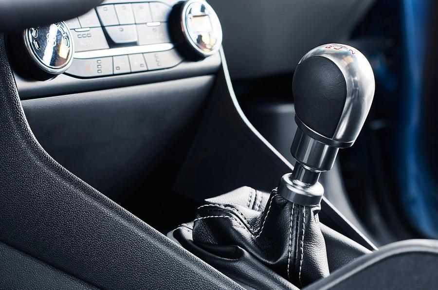 Hatch tem câmbio manual de seis marchas