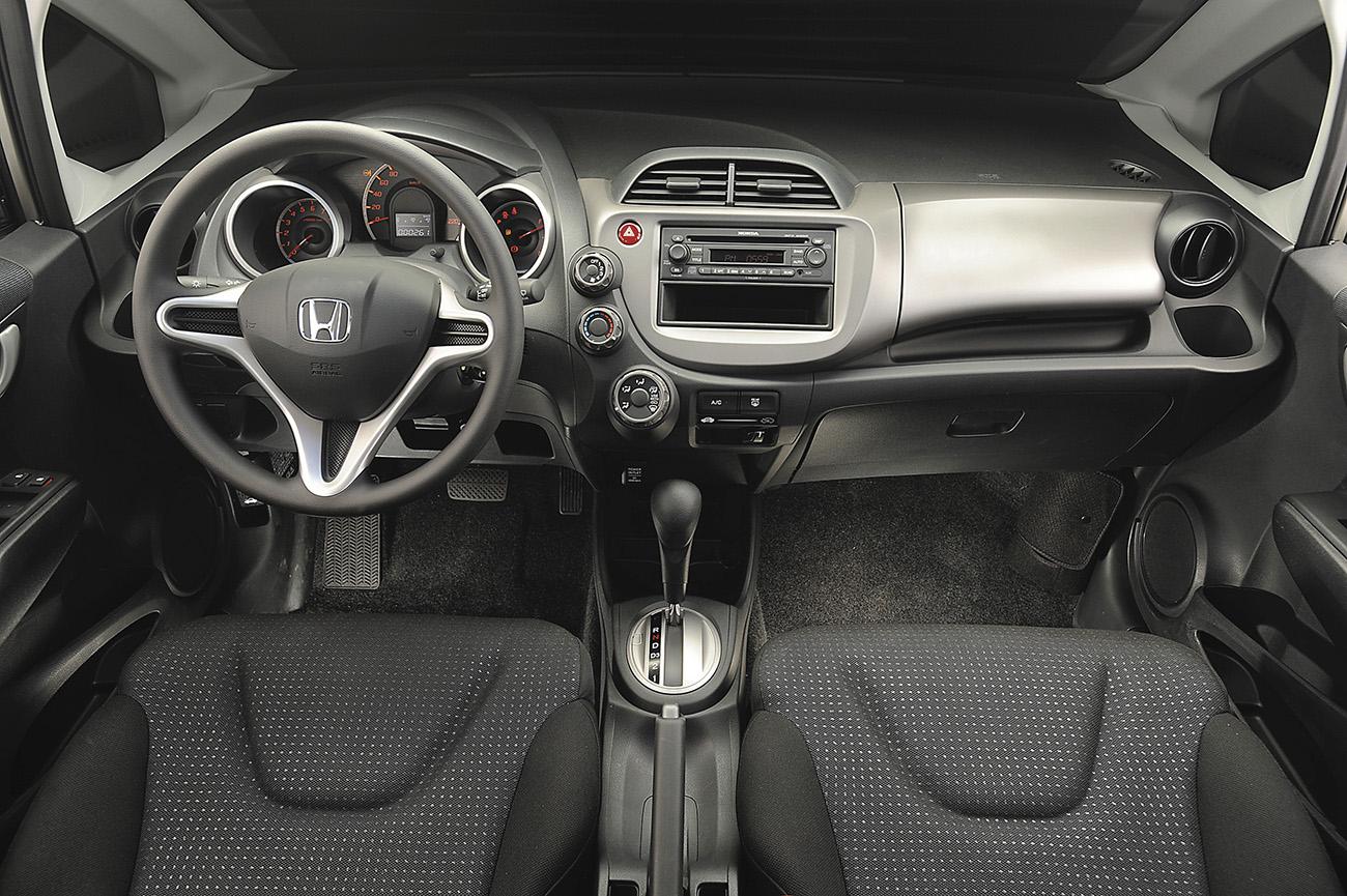 O interior adotava o padrão de estilo do Civic de sétima geração
