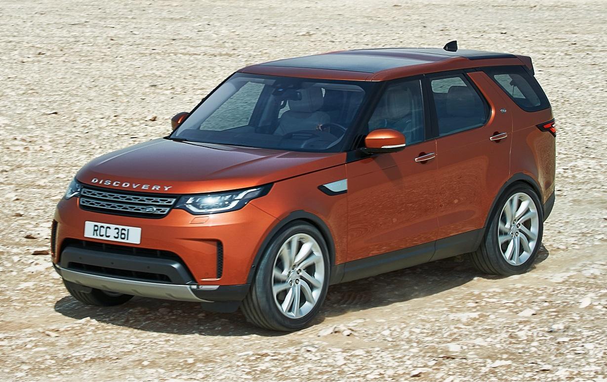 Land Rover Discovery na posição 3x4 de frente