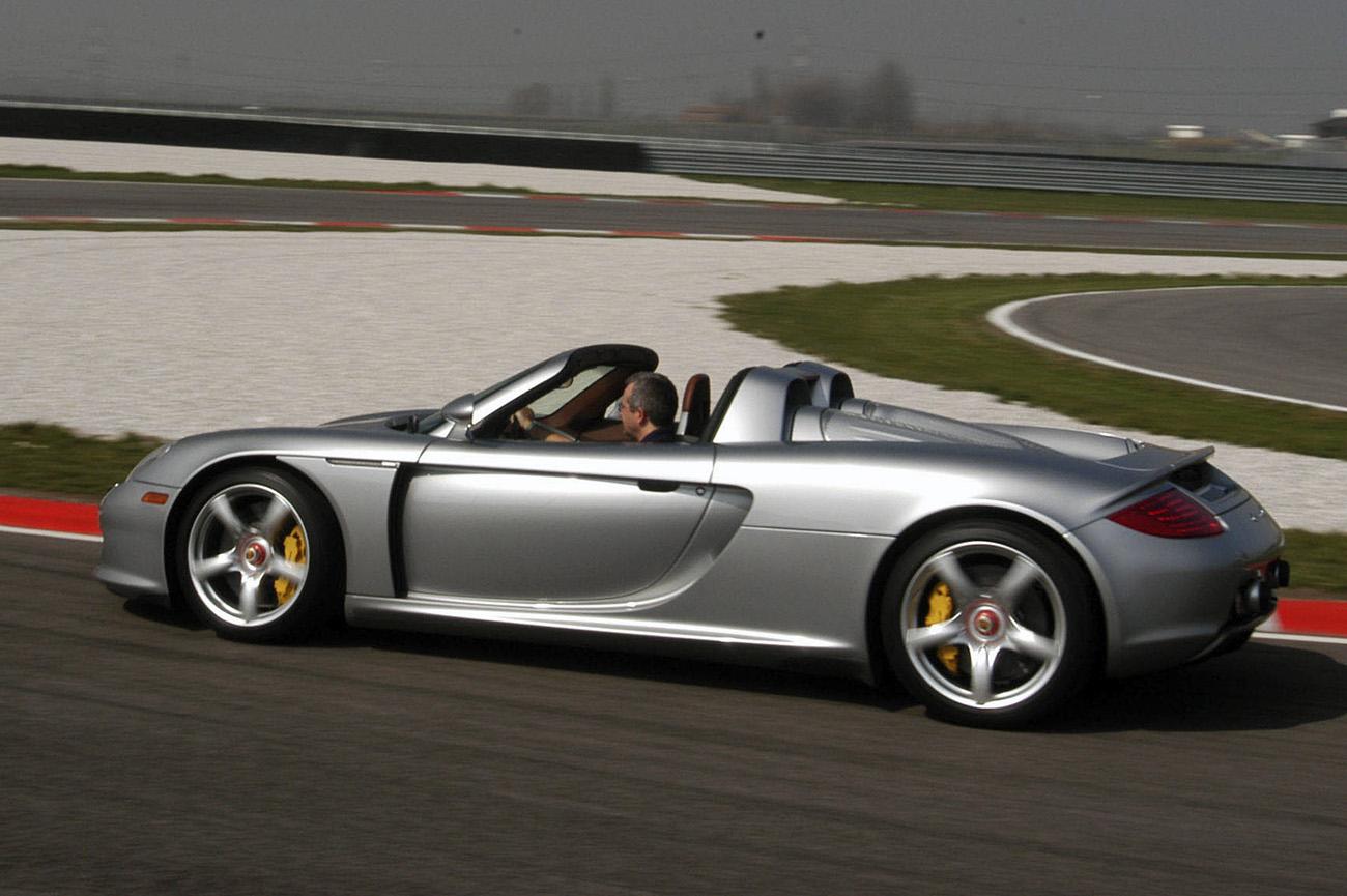 Paulo Campo Grande, editor da QUATRO RODAS, acelerando o Porsche Carrera GT no autódromo de Adria, na Itália