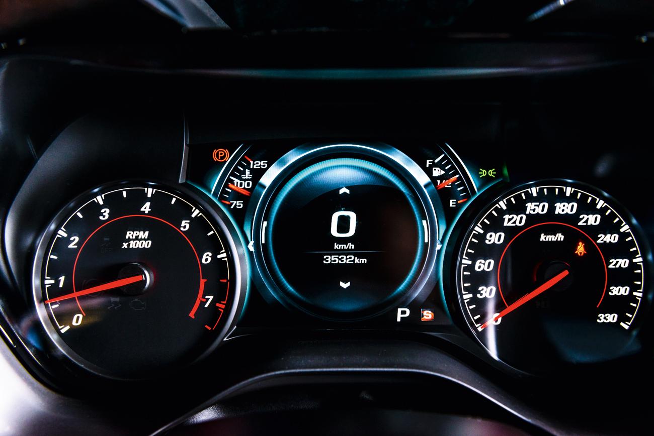 Camaro tem uma tela TFT ladeada por conta-giros e velocímetro analógicos