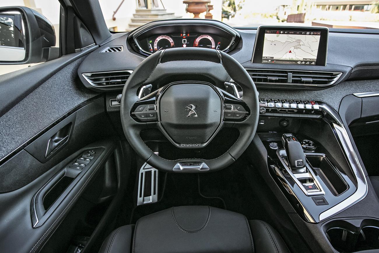No novo i-Cockpit, o topo do volante é achatado: a leitura melhorou