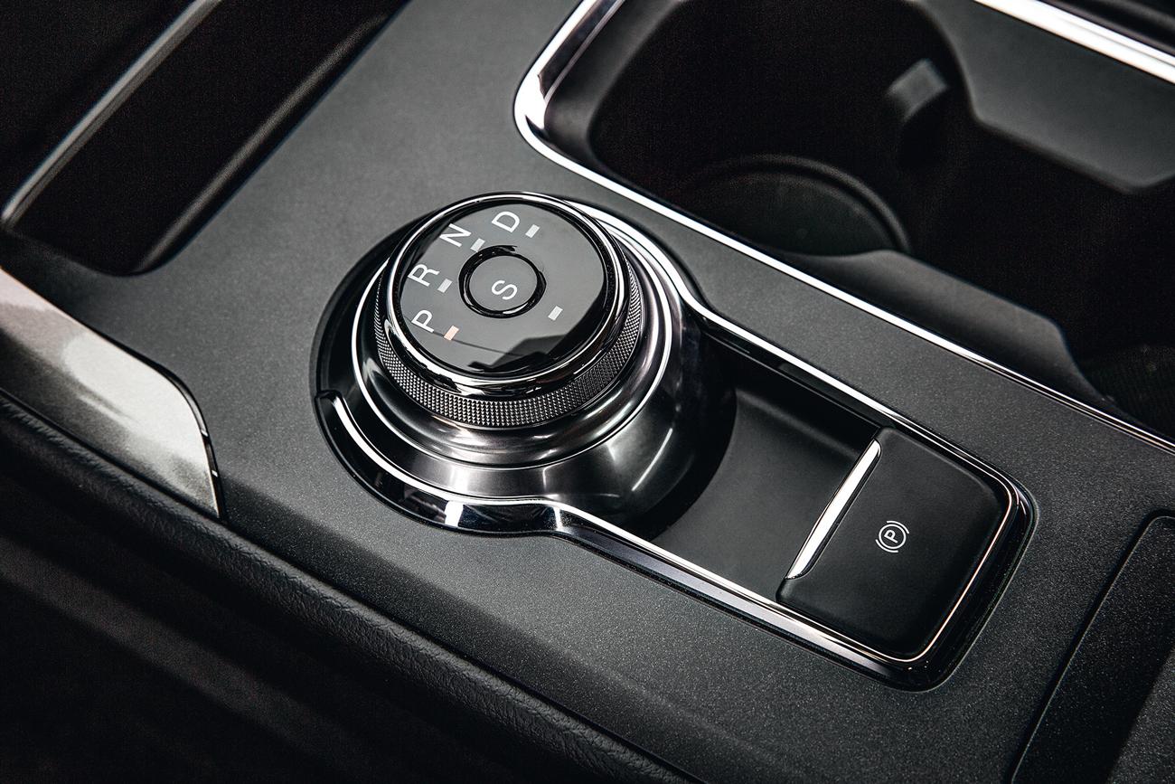 Câmbio com botão giratório lembra os modelos da Jaguar
