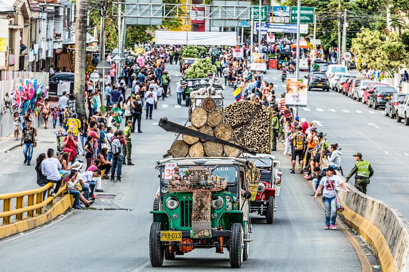 Criado 1998, o desfile é acompanhado de perto pela população, que toma integralmente a Avenida Bolívar