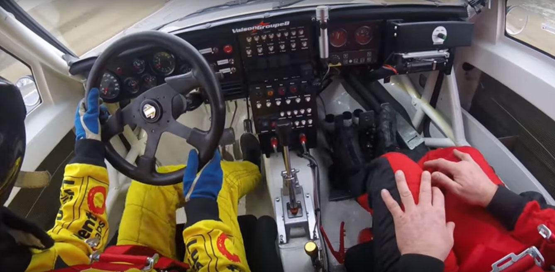 Clientes são acompanhados por um instrutor que assume o controle do carro em emergências