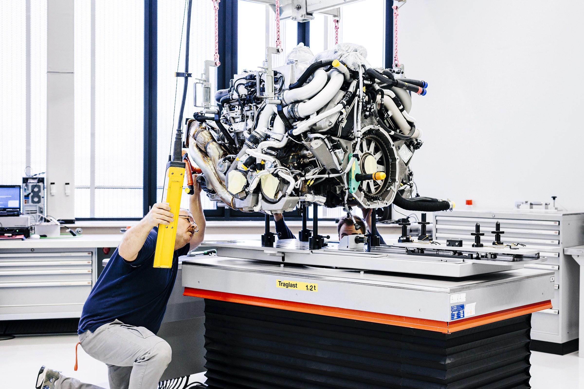 Para retirar o motor W16, é necessário desmontar metade do carro