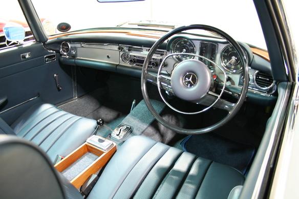 O impecável interior de um Mercedes 280 SL finalizado na Inglaterra