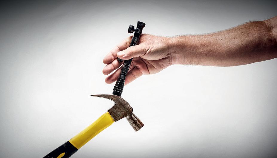 Lente imantada ergue até um martelo
