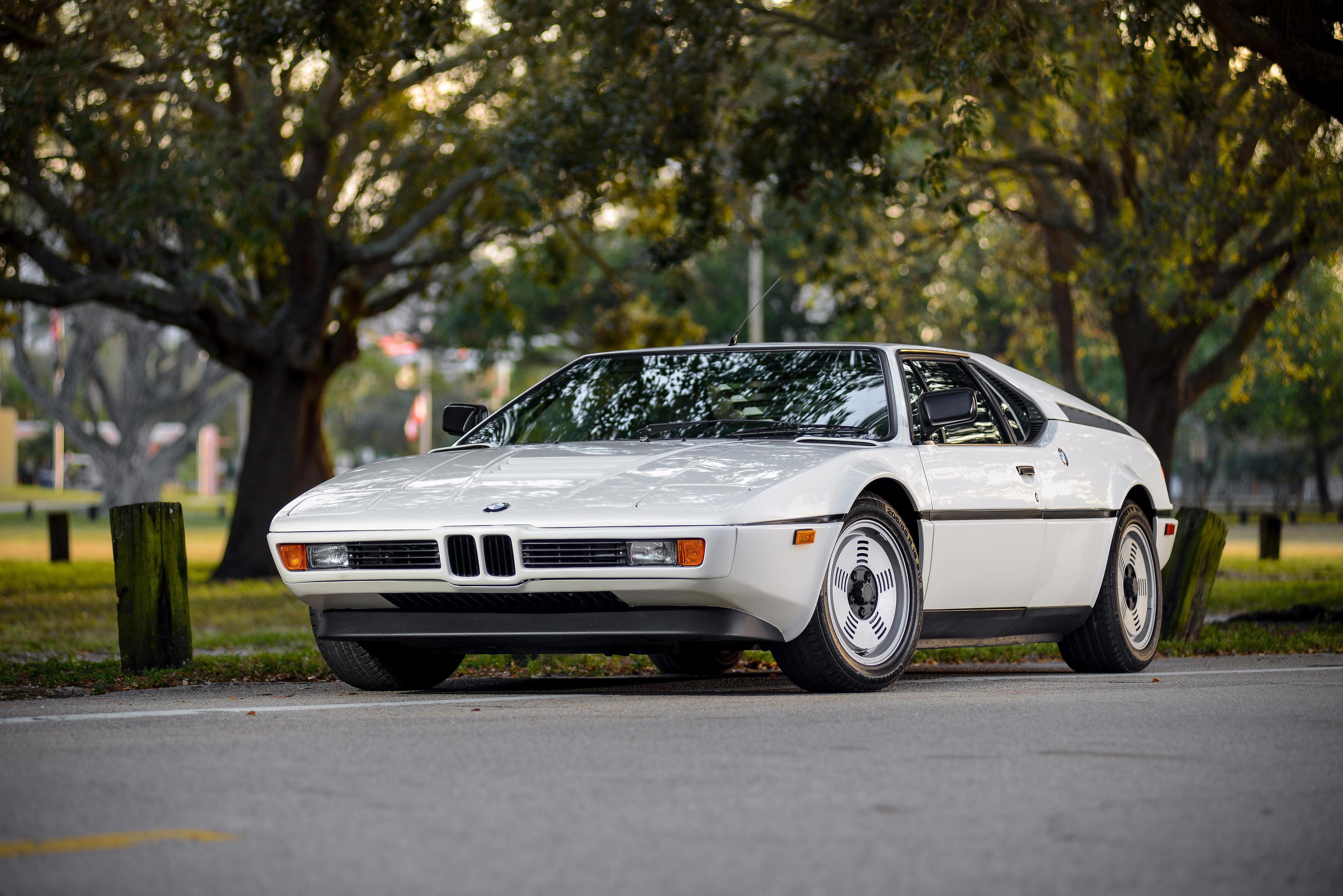O M1 tinha a frente em cunha dos esportivos da época, mas com a grade dupla dos BMW