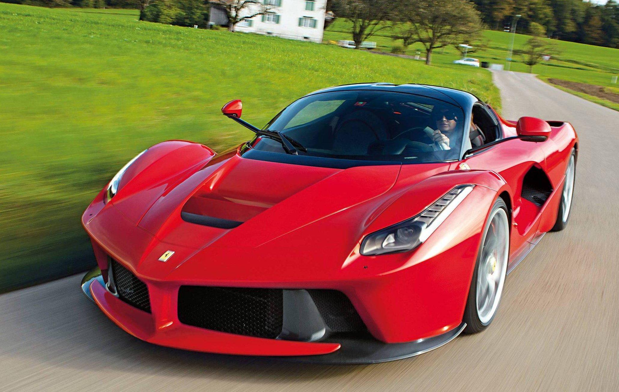 A primeira Ferrari híbrida da história é uma das mais rápidas também