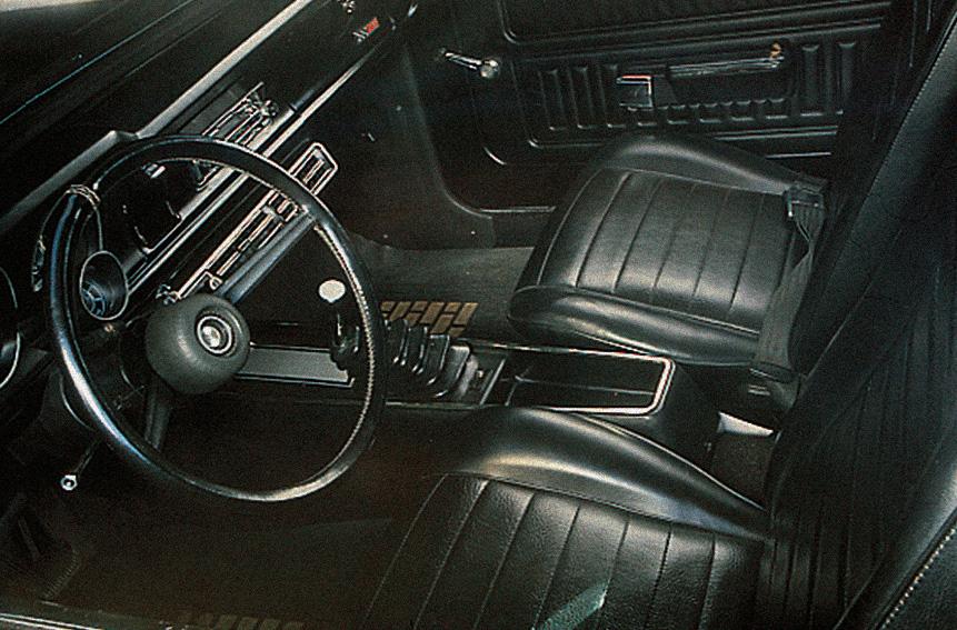 Interior todo negro é espaçoso apenas para os passageiros da frente