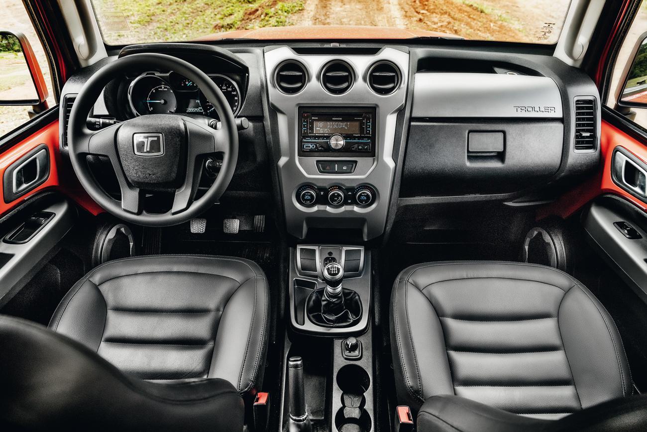 Cabine do T4 é bonita e bem acabada, mas falta airbag
