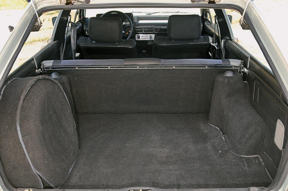 O porta-malas leva 620 litros. Com encosto rebatido, 1.380