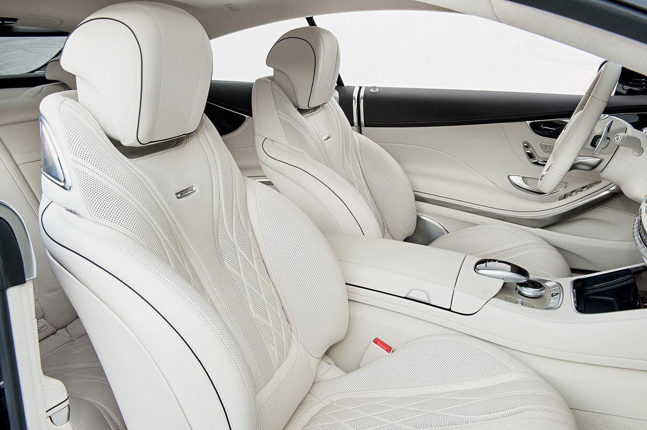 Revestimento de couro branco dá a impressão de ampliar o interior
