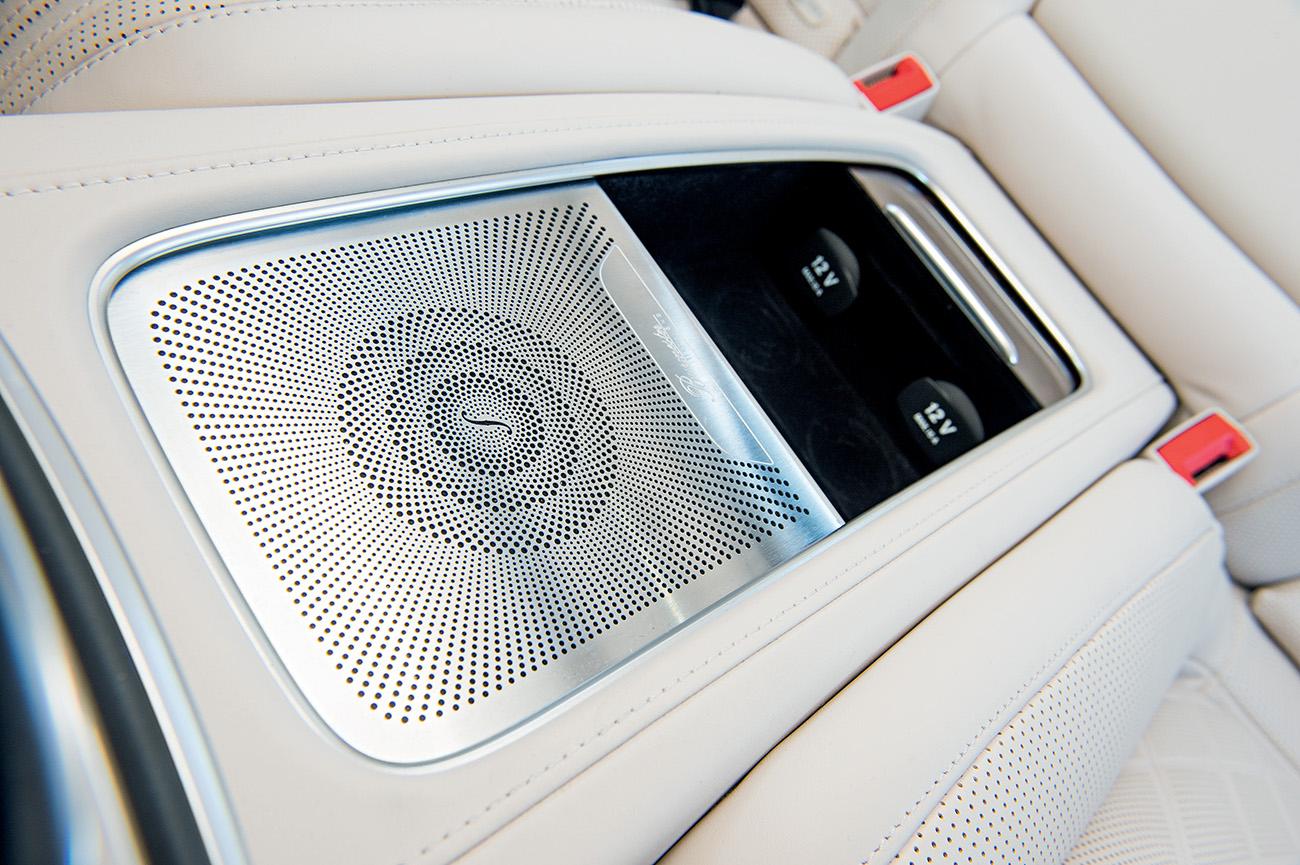 Sistema de áudio tem alto-falante até no console que divide os bancos traseiros