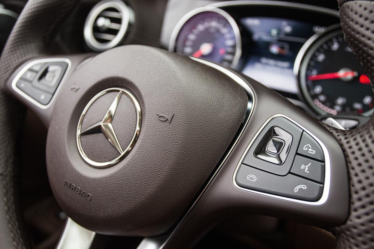 O volante oferece controles sensíveis ao toque