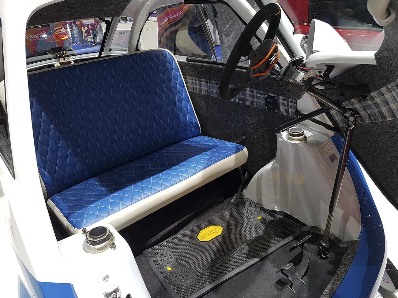 Como no Isetta original, coluna de direção se desloca para a entrada dos passageiros