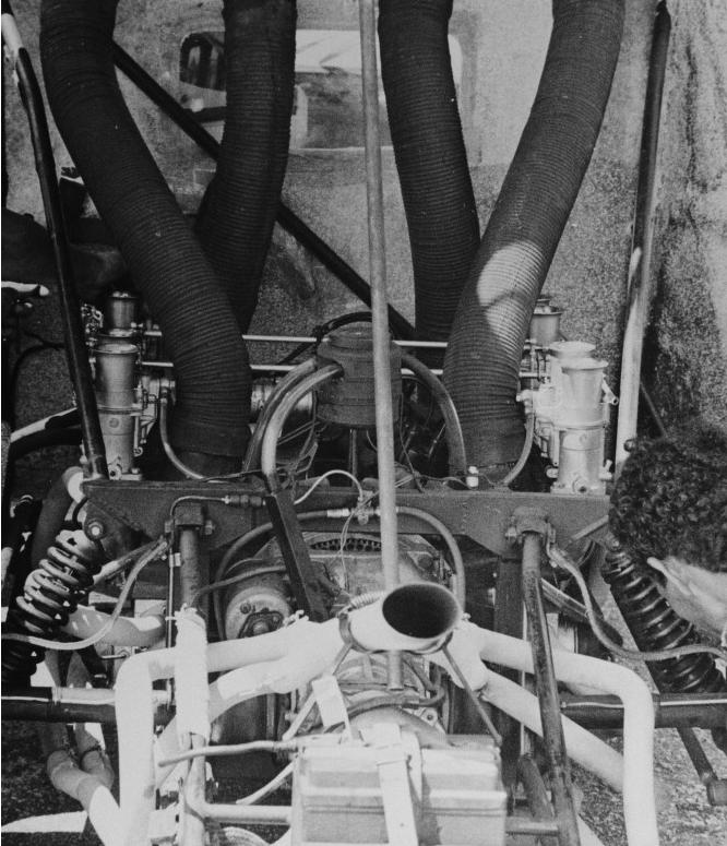 Graças à transformação para bimotor, o carro passou a ter oito cilindros justapostos, que desenvolviam de 250 a 260 cv