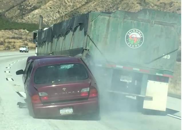 Caminhão arrasta carro