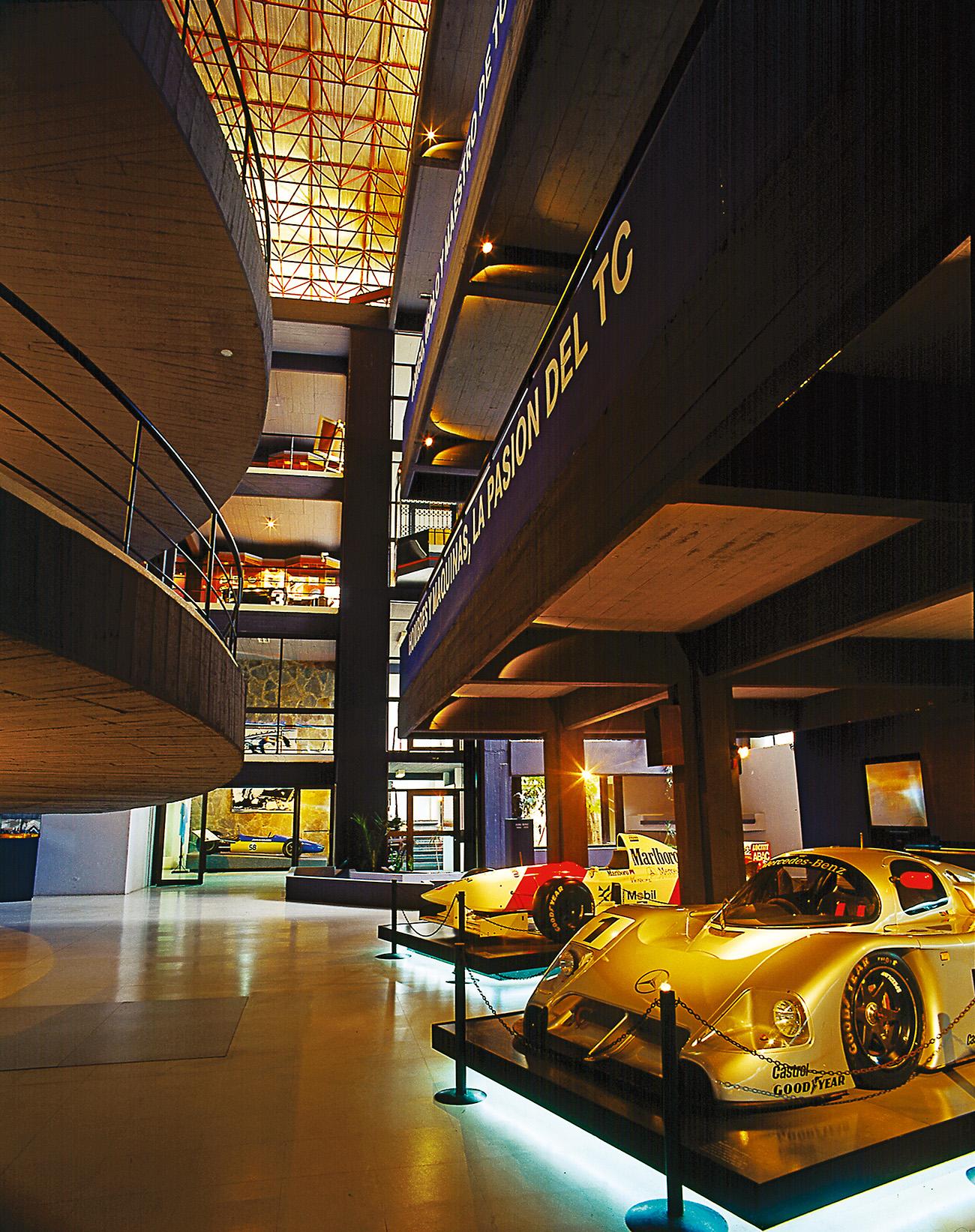 Mercedes de diferentes épocas e categorias
