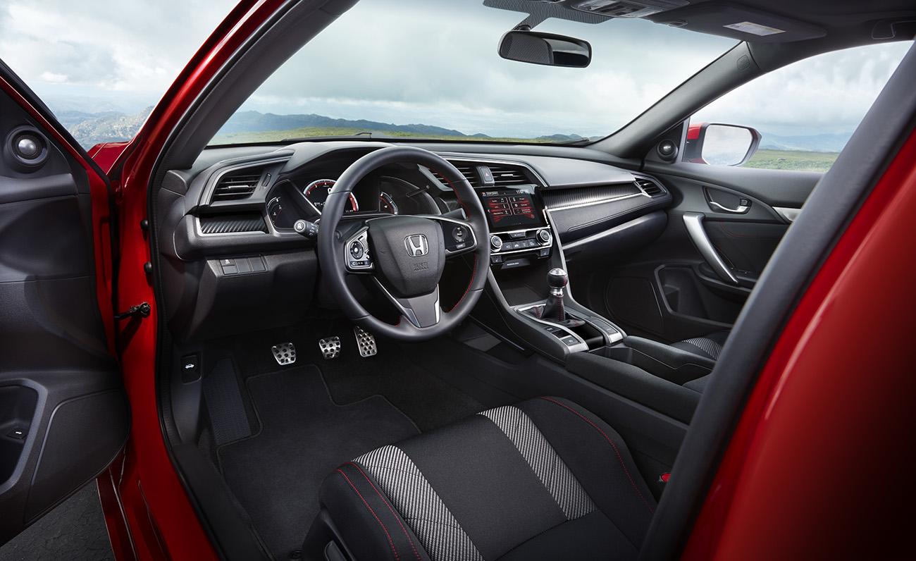 Interior não economiza nos detalhes vermelhos
